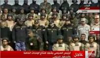 السيسي يلتقط صورا تذكارية مع جنود القوات البحرية