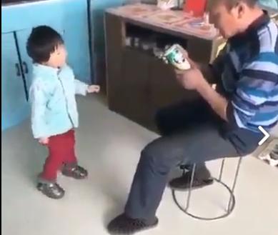 طفل ينفذ مقلبا مرعبا بجده
